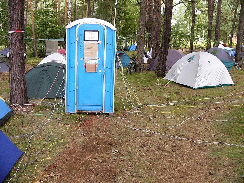 W-Lan und Zelte - Auf dem Camp des Chaos Computer Club werden Datenklos verwendet um die W-Lan Technik vor Regen zu schützen.
